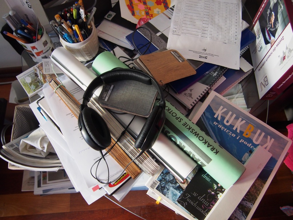 Strefa przy biurku w czasach, gdy skończyło się miejsce w komodzie